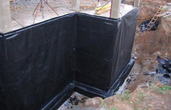 Битумная мастика поможет защитить стены фундамента от влаги.