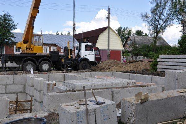 Блоки смещают как при кладке кирпича и продолжают строительство.
