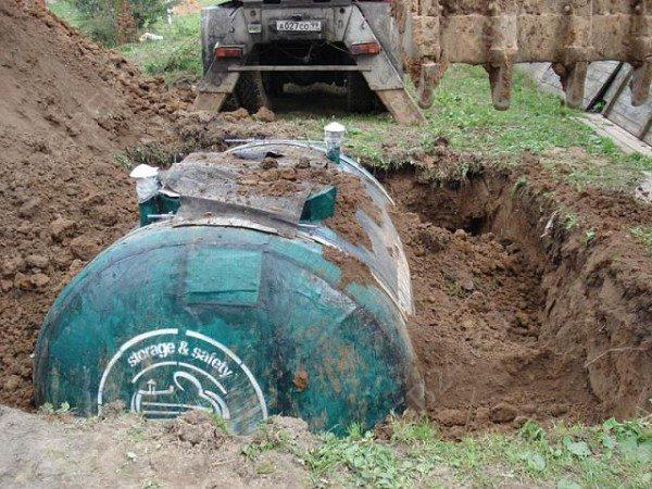 Для монтажа сооружения нужно только вырыть яму и поставить камеру в нее.