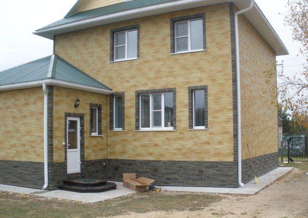 Дом с цоколем отделанным сайдингом