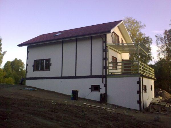 Дом с цокольным этажом на склоне холма
