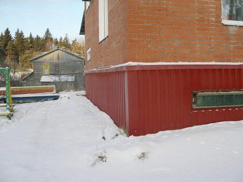 Фото здания, отделанного с использованием профнастила