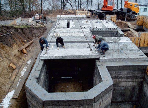 Фундамент накрывают железобетонными плитами.