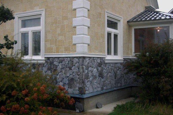 Красивый дом и цоколь из камня