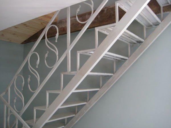 Металлические лестницы из дома в подвал