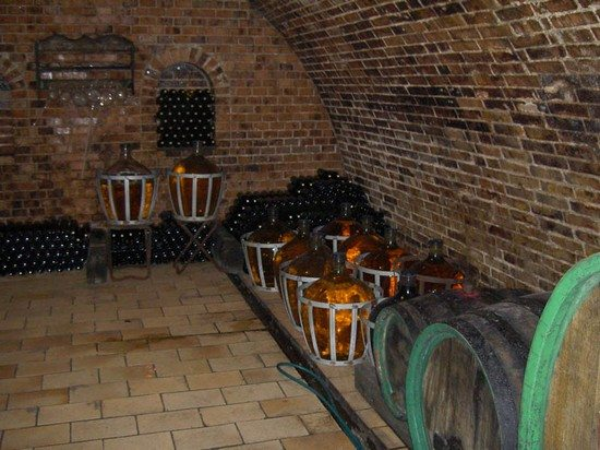 На фото - в своем хранилище вы можете выложить пол из кирпича в духе винных погребов Франции