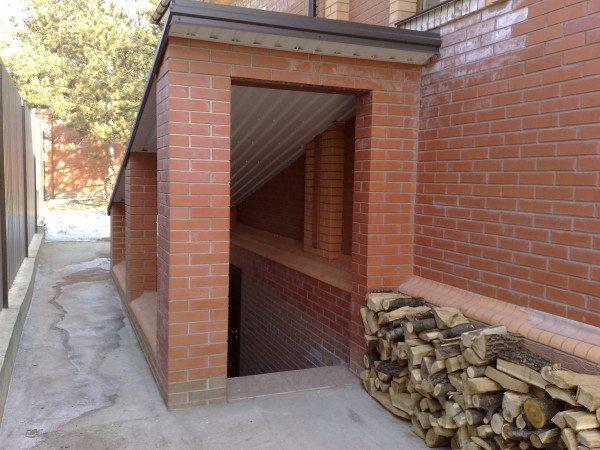На фото - вход в подвальное помещение. Он должен быть достаточно просторным, чтобы удобно было заносить даже большие предметы