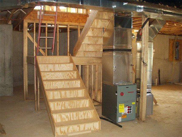 На фото – лестница в подвальное помещение