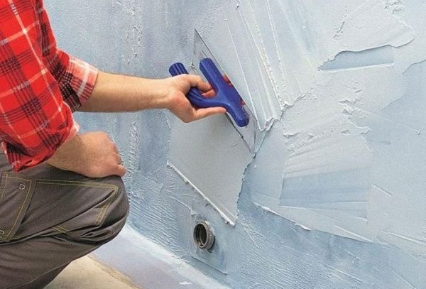 На фото – нанесение цементной гидроизоляции на стены