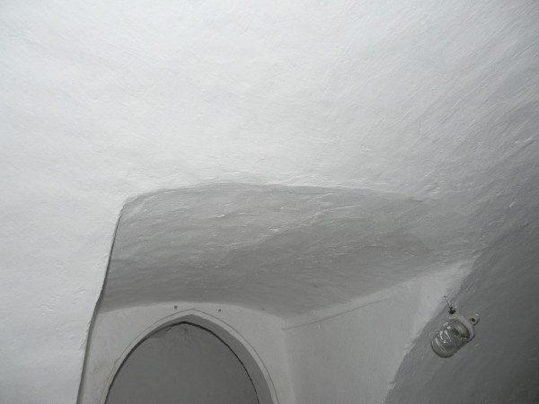 На фото – подвал, покрашенный гашеной известью