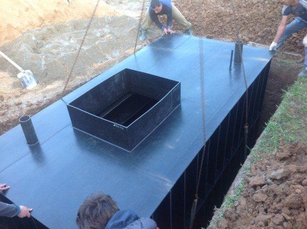 На фото хорошо видны подготовленные для засыпки цемент и песок.