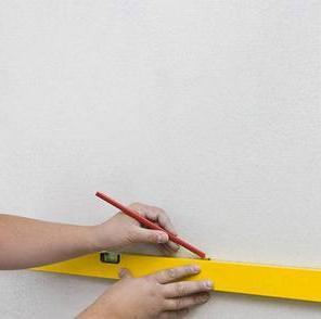 На стену наносим разметку.