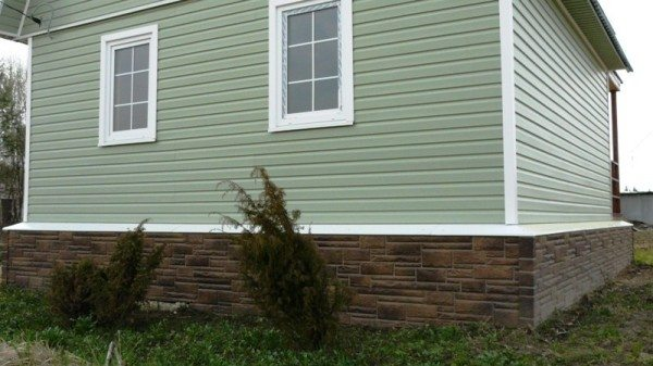 Облицовка цоколя дома гранитом – самый надёжный и отвечающий назначению самого цоколя способ защиты