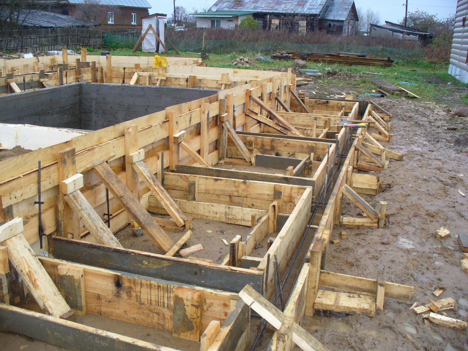 Строительство опалубки для ленточного фундамента своими руками