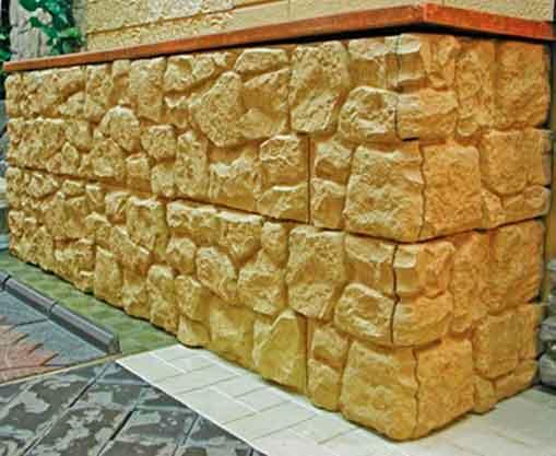 Отделка нижней части стены декоративными панелями обеспечивает вполне эффективную защиту