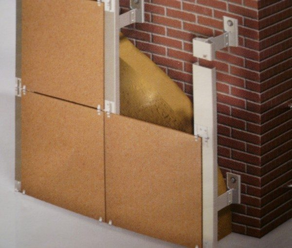 Плиты фиксируют кляймерами по всей поверхности цокольной кладки.