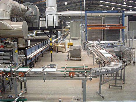 Плиты с помощью конвейера попадают в печь для обжига.