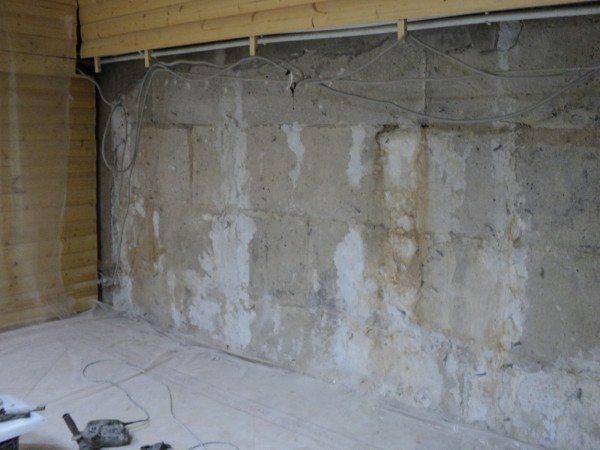 Сначала стены надо освободить от старых покрытий и загрязнений.