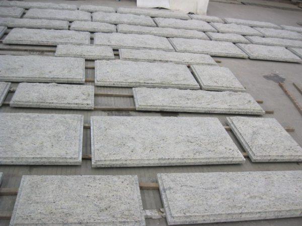 Способ фиксации гранитных плит на рейках с последующим заполнением промежутков раствором