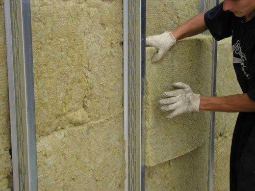 Стены тщательно утепляют каменной ватой.