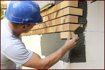Укладка плитняка на цоколь производится так же, как и на любую вертикальную поверхность.