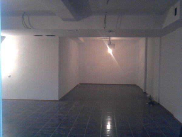В этом цокольном этаже можно расположить магазин.