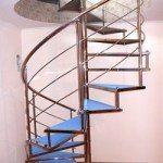 Винтовая металлическая лестница в подвал