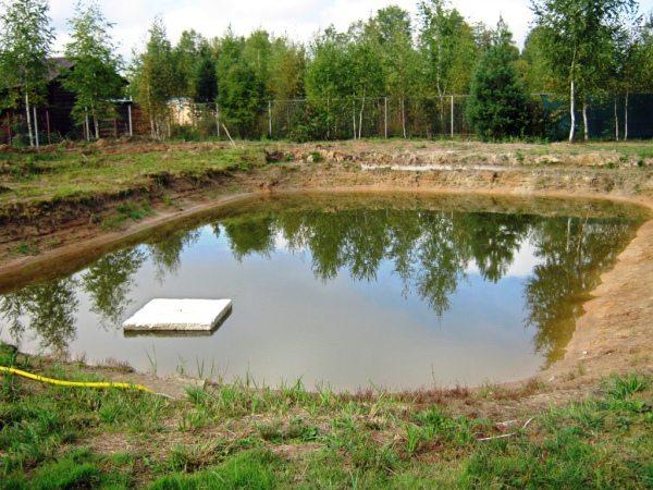 Высокие грунтовые воды создают дополнительные проблемы при строительстве.