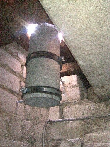 Вытяжная труба системы вентиляции – здесь её можно было бы расположить и выше и никаких щелей, как на фото