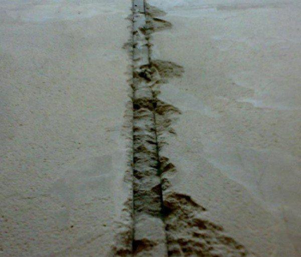 Борозды от маяков шпаклюем цементным раствором.