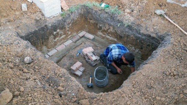 Даже небольшой погреб подразумевает немалый объем земляных работ