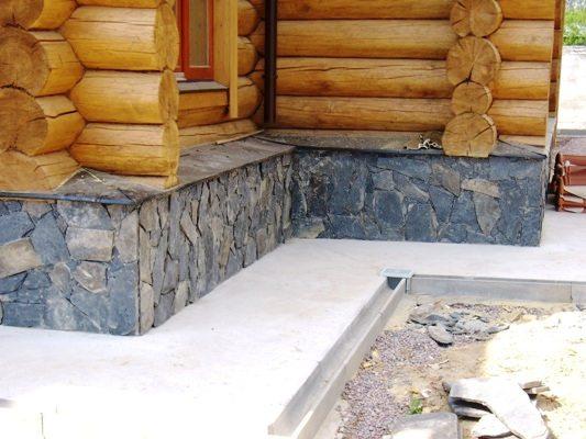 Деревянный дом с цокольным этажом выступающего типа.