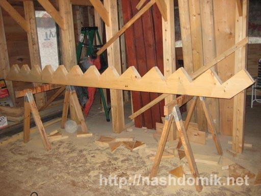 Деревянный косоур и шаблон для его изготовления.