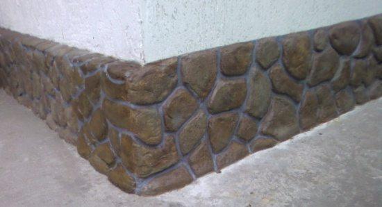 Для оформления поверхности цокольного промежутка используют самые прочные материалы, на фото – крупная морская галька.