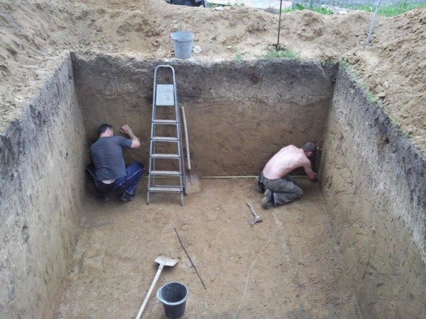 Для погреба требуется глубокий котлован, выкопать который в готовом доме очень сложно
