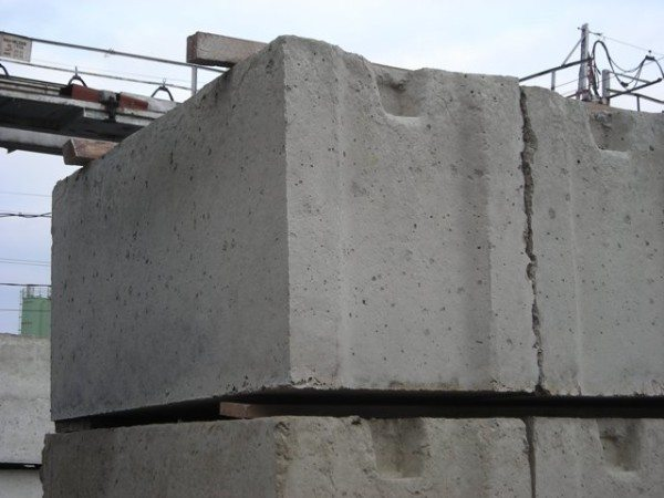 Для строительства стен часто используют железобетонные блоки.