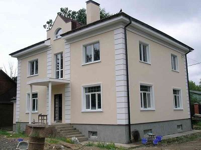 Дом с бетонным цоколем