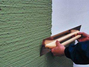 Довольно часто краситель добавляют сразу в отделочный материал, поскольку так можно получить глубину цвета и при небольших механических повреждениях не будут видны серые полосы царапин