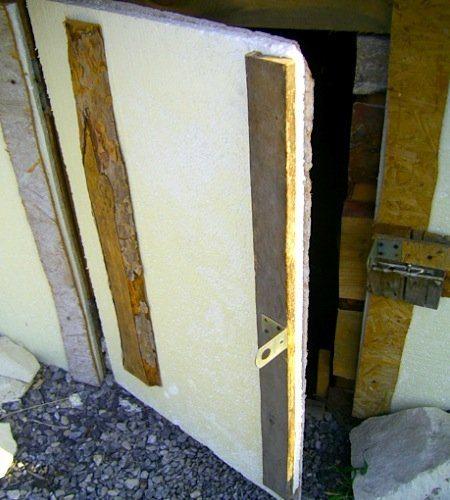 Дверь погреба, утепленная пенопластом.
