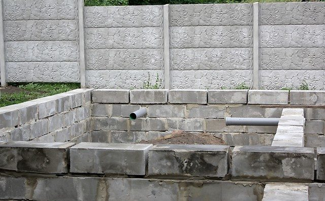 Если проект предполагает установку труб, то их при монтаже в местах соприкосновения с кладкой защищают демпферной лентой от трения при расширении в результате нагрева