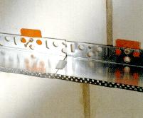 Если профиль неплотно примыкает к стене, используем подкладочные шайбы.