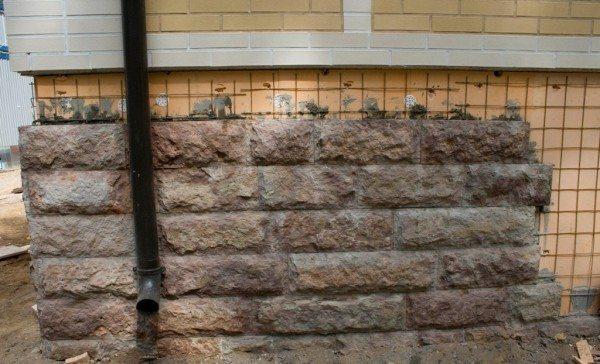 Если цоколь оклеен листовым утеплителем, потребуется предварительный монтаж арматурной сетки.