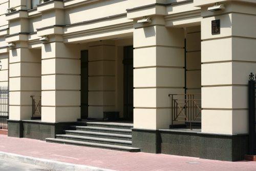 Это использование граница на цоколе не должно вызывать никаких вопросов, к нему мы приучены многочисленными примерами при оформлении общественных зданий