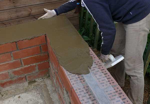 Формирование надежной опоры для стен очень важно