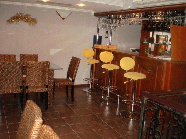 Фото мини-бара, расположенного в подвале жилого дома.