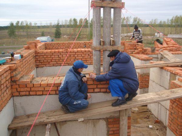 Фото строительство цоколя из красного кирпича