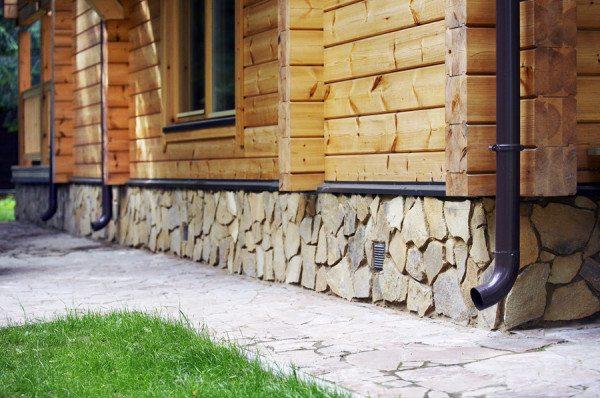 Фото цоколя в натуральном камне
