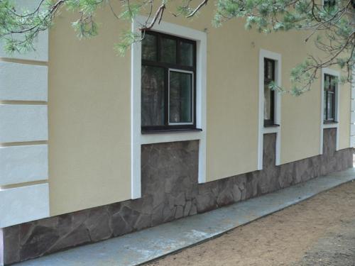 Грамотно выполненный цоколь способен придать зданию определенный стиль и подчеркнуть его индивидуальность.