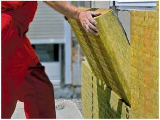 Грамотные строители всегда утепляют цокольную кладку.