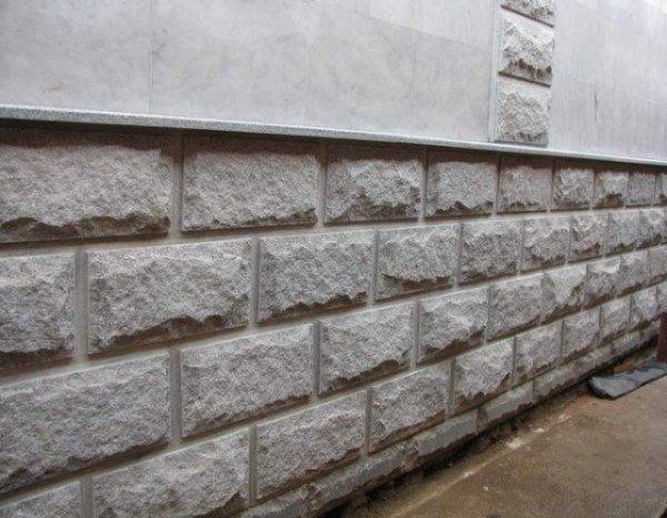 Гранит для облицовки цоколя используется повсеместно и издавна (фото «А»)